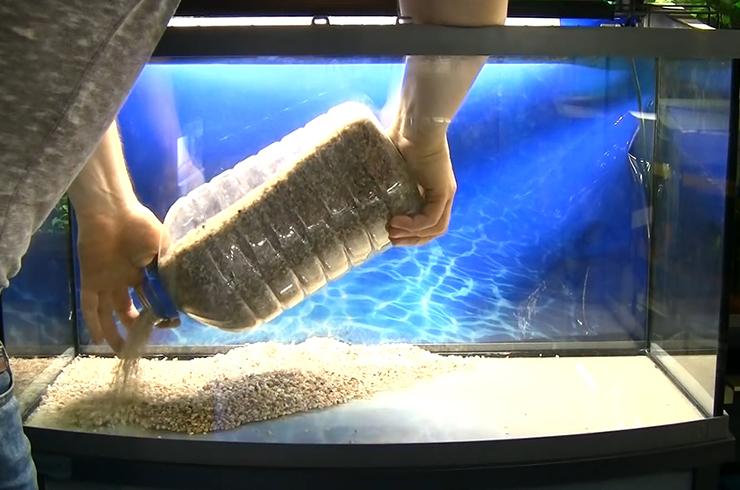 На дно аквариума укладываем нейтральный грунт