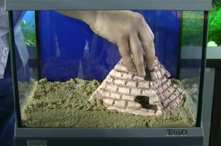 Установка центральной декорации – пирамиды