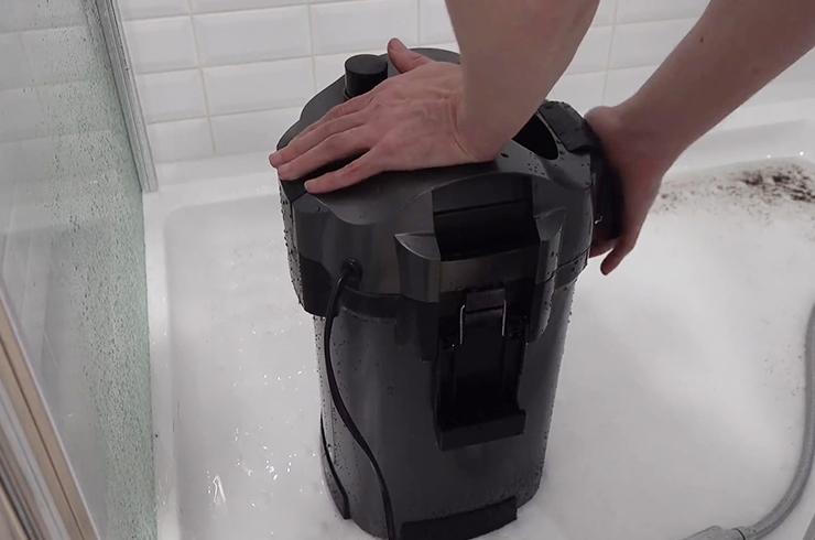 Закрепляем голову фильтра с помощью защелок